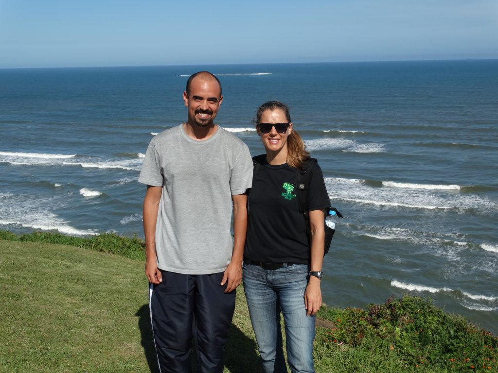 Os ganhadores das bolsas de pesquisa Martin Sucunza Perez e Aline Kellermann (chefe do Revis da Ilha dos Lobos) em Torres (RS). Foto: Regiane Pereira Goulart.