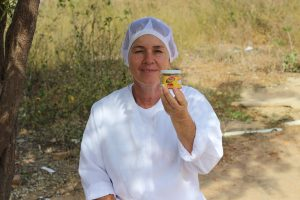 Vilzoneide Batista mostra geleia feita pela rede de mulheres. Foto: Arquivo Rede Mulheres do Pajeú