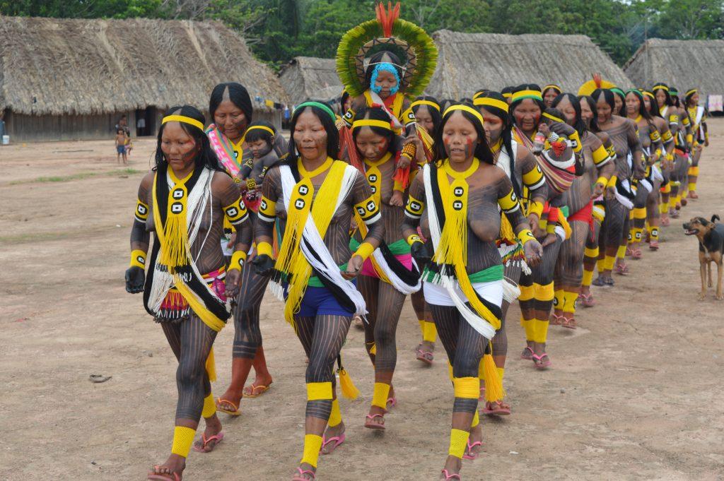 Mulheres dançam para o início do plantio: segurança alimentar para indígenas Kayapó